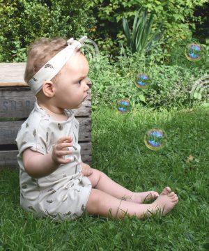 Baby jurkje gouden veertjes sfeerfoto